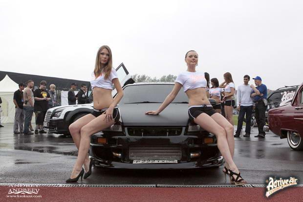 Девочки и тюнингованный автомобиль