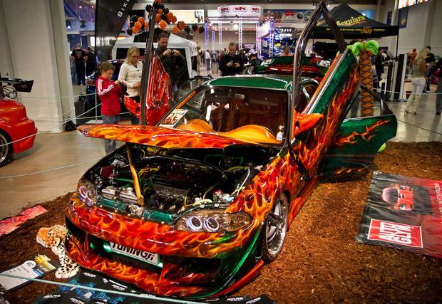 тюнингованный оранжевый автомобиль