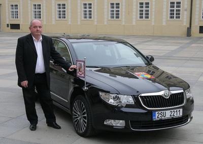 президент Чехии Милош Земан рядом со своей Шкодой