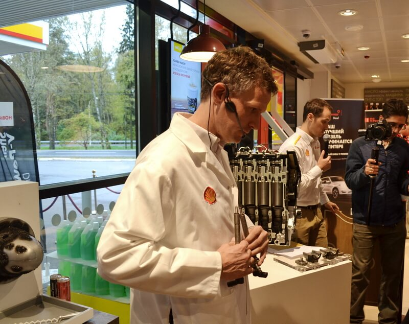 Андреас Шафер демонстрирует форсунки с нагаром