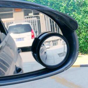 Круглое зеркальце, установленное на штатном зеркале заднего вида машины