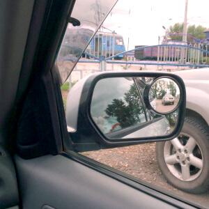 Маленькие круглые зеркала с возможностью регулировки являются оптимальным вариантом