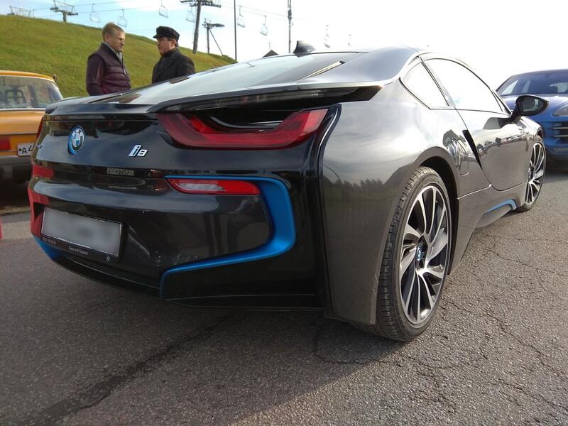 Гибридный BMW i8 вид сзади