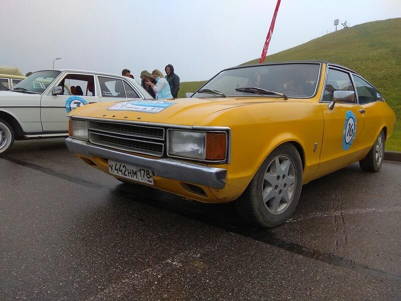 Желтый Ford Cortina