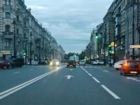 Везде в любое время суток все машины обязаны двигаться с ближним светом
