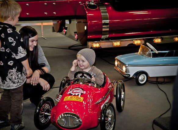 ребенок на детском автомобиле