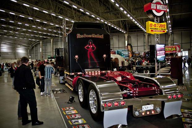 черный грузовик