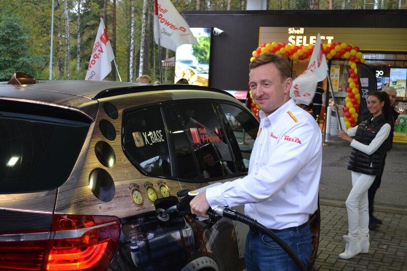 Виталий Маслов заправляет автомобиль новым ДТ Shell