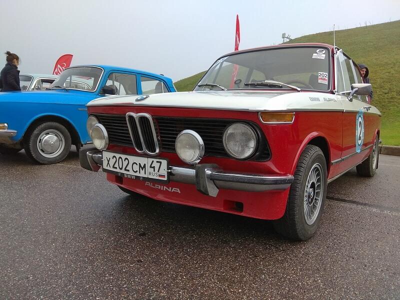 Красный BMW - участник ралли
