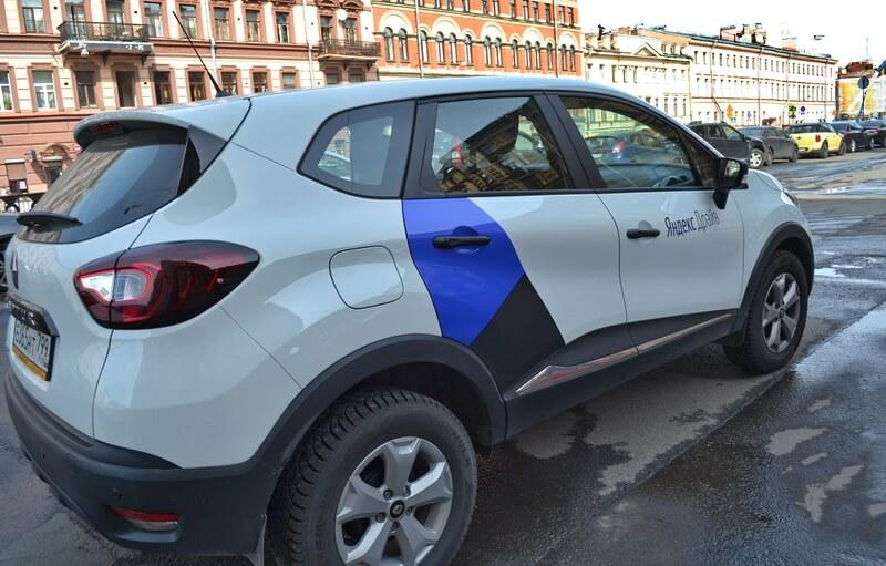 Каршеринговый автомобиль на улице Петербурга